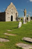 Hoog Kruis en tempel. Clonmacnoise. Ierland stock afbeeldingen