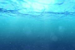 Hoog - kwaliteits volkomen naadloze lijn van diepe blauwe oceaangolven van onderwaterachtergrond met het micro- deeltjes stromen royalty-vrije stock fotografie