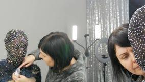 Hoog-manier De ontwerper bereidt beeld van een model vreemd meisje in een zwart masker in fonkelende bergkristallen voor, fonkeli stock footage