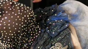 Hoog-manier De ontwerper bereidt beeld van een model vreemd meisje in een zwart masker in fonkelende bergkristallen voor, fonkeli stock video