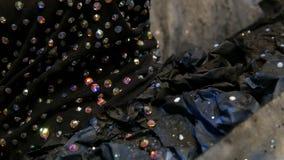 Hoog-manier De ontwerper bereidt beeld van een model vreemd meisje in een zwart masker in fonkelende bergkristallen voor, fonkeli stock videobeelden