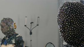 Hoog-manier Model in het beeld van een vreemd meisje in een zwart masker in fonkelende bergkristallen, fonkelingen, metaalvlinder stock videobeelden