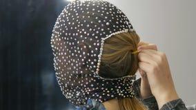 Hoog-manier Model in het beeld van een vreemd meisje in een zwart masker in fonkelende bergkristallen, fonkelingen, metaalvlinder stock video