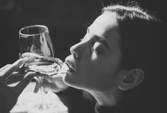 Hoog manierportret van elegante vrouw Oester als gezonde delicatesse met omega vitamine 3 oesterdelicatesse ter beschikking van stock foto