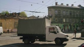 Hoog-motie het schieten van een gebruikelijke Ukrainia-straat stock footage