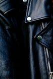 Hoog omhoog dicht de fietserjasje van het contrast zwart leer Stock Fotografie