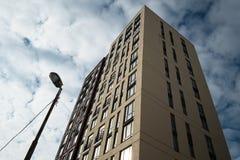 Hoog omhoog modern flatgebouw in een woondistrict Stock Fotografie