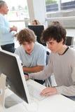Hoog-Schoolers in computertraining Stock Afbeeldingen
