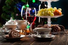 Hoog theestel met dessert stock afbeelding