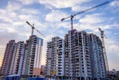 Hoog toekomstig huis met meerdere verdiepingen voor veel families en nieuw leven stock afbeelding