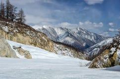 Hooggebergte onder sneeuw in de winter Stock Foto's