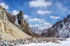 Hooggebergte onder sneeuw in de winter Royalty-vrije Stock Foto's