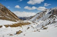 Hooggebergte onder sneeuw in de winter Royalty-vrije Stock Foto