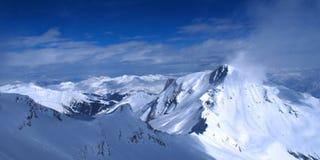 Hooggebergte onder sneeuw in de winter stock afbeelding