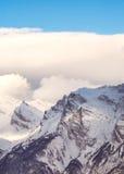 Hooggebergte onder sneeuw in de winter Stock Afbeeldingen