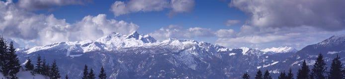 Hooggebergte onder sneeuw in het de winterpanorama Stock Foto