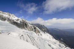 Hooggebergte onder verse sneeuw in de wintertijd Stock Foto's