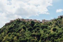 Hooglandstad in Italië bovenop de berg Stock Foto's