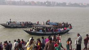 Hoogly flod i Kolkata och fartyg med böner lager videofilmer