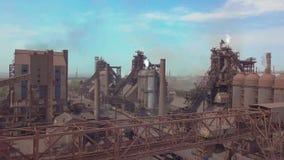 Hoogovenmening van de lucht Oude fabriek Satellietbeeld over geïndustrialiseerde stad met de verontreiniging van de luchtatmosfee stock video