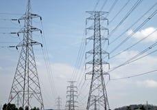 Hoogspannings elektrische draden op hemelachtergrond Royalty-vrije Stock Afbeelding
