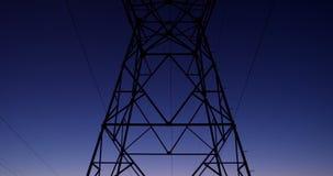 Hoogspannings elektrische pool tijdens zonsondergang 4K 4k