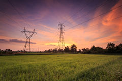 Hoogspannings elektrische toren en mooie zonsopgang Royalty-vrije Stock Foto's