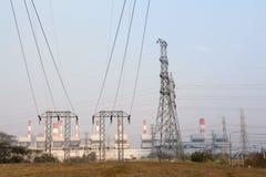Hoogspanningspost en elektrische centraleachtergrond Royalty-vrije Stock Fotografie