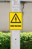 Hoogspanningsteken op elektrische pool in park Stock Foto's