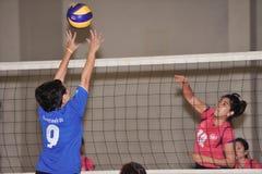 Hoogspringen om luchtbal in volleyballspelers te blokkeren chaleng Stock Foto's