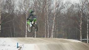 Hoogspringen op een motorfiets stock footage