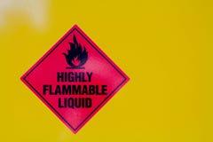 Hoogst Brandbaar Vloeibaar Teken tegen een gele backround stock foto's