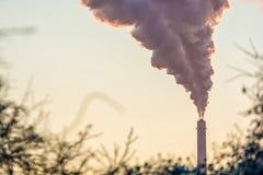 Hoogst rokende schoorsteen van een bedrijf stock afbeelding