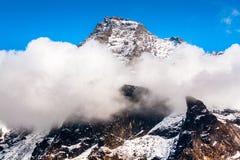 Hoogste berg behandeld met mist Royalty-vrije Stock Foto