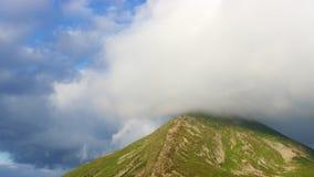 Hoogste bergpiek behandelde wolken stock video