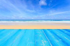 Hoogste blauwe houten lijst en mening van tropische strandachtergrond voor stock afbeeldingen
