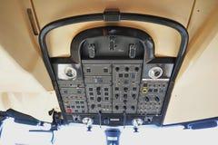 Hoogste controlebord met de versiering van de koolstofvezel in een cockpit van Bombardier Globale 6000 bedrijfsstraal in Singapor Stock Afbeelding
