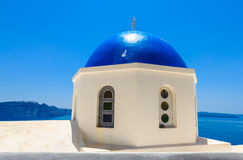Hoogste dak van kerk in blauw op een zonnige dag met blauwe hemel, Santorini Royalty-vrije Stock Foto's
