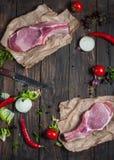 Hoogste de halslapje vlees van het menings Vers ruw varkensvlees met kruiden op het kraftpapier-document de donkere houten achter Royalty-vrije Stock Fotografie