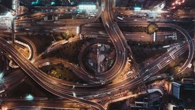 hoogste de meningstime lapse van 4K UHD van autoverkeer bij nacht op veelvoudige steegweg, windende weg, en rotonde in Hong Kong- stock footage