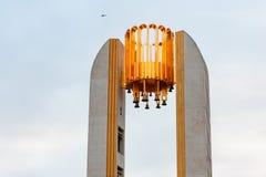 Hoogste deel van de carillon met de klokketoren op de Jachtbrug van Krestovsky-Eiland in St. Petersburg tegen de achtergrond stock afbeeldingen