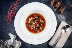 Hoogste die mening over krabsoep in witte plaat op donkere achtergrond wordt gediend Vlak leg voedsel voor lunch Zeevruchten Reay stock fotografie