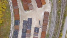 Hoogste die mening van de industriezone dichtbij het gele bos, de herfstaard wordt gevestigd klem Satellietbeeld van pakhuizen en stock video