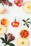 hoogste die mening van fles parfum met vruchten en bloemen wordt omringd royalty-vrije stock afbeeldingen