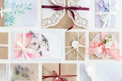 Hoogste die mening van inzameling van enveloppen of uitnodigingen op wit worden geïsoleerd stock afbeelding