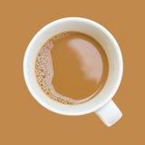 Hoogste die mening van kop van koffie op bruine achtergrond wordt geïsoleerd Stock Fotografie