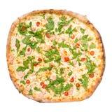 Hoogste die mening van pizza Al Salmone Fresco op wit wordt geïsoleerd royalty-vrije stock afbeeldingen