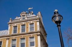 Hoogste hoek van een gebouw tegen blauwe hemel Stock Foto