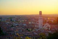 Hoogste hoekmening van Verona, Italië bij de zomerzonsondergang, de gloed van de zonlens royalty-vrije stock afbeeldingen