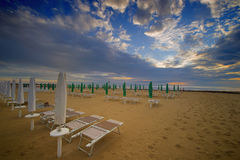 Hoogste leeg strand met sunbeds Royalty-vrije Stock Afbeelding